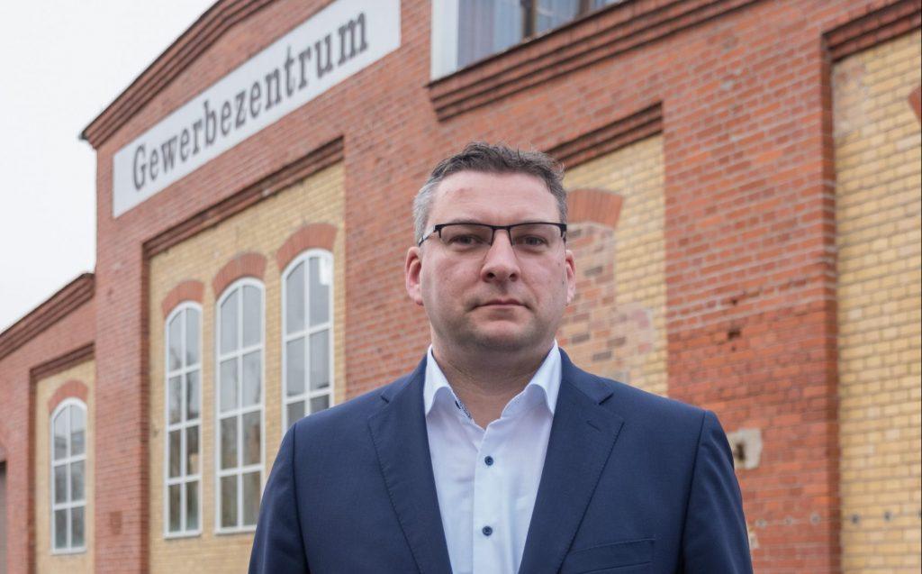 Christian Wolf vor Gewerbezentrum im Wahlkreis 3